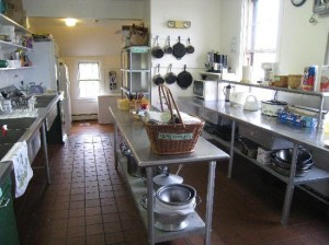 hostel-kitchen-guests